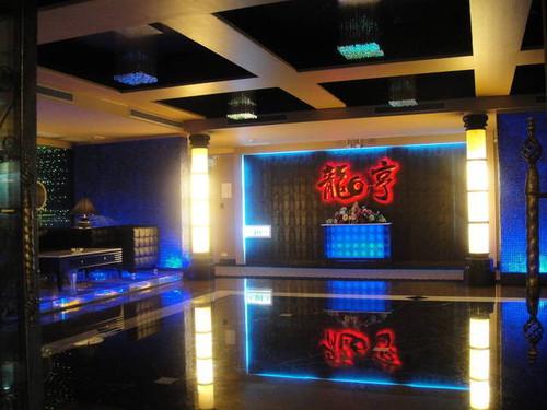 龙亨夜场位于澳门市环亚商圈,南京东路、敦化北路口